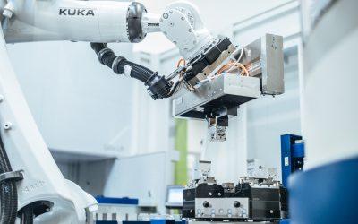 Roboterzelle für Spindelhubgetriebe